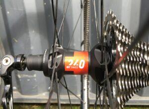 Le moyeu arrière DT Swiss 240 EXP devient fluide après un rodage. Une belle combinaison avec les roues vélo carbone Legend Wheels.